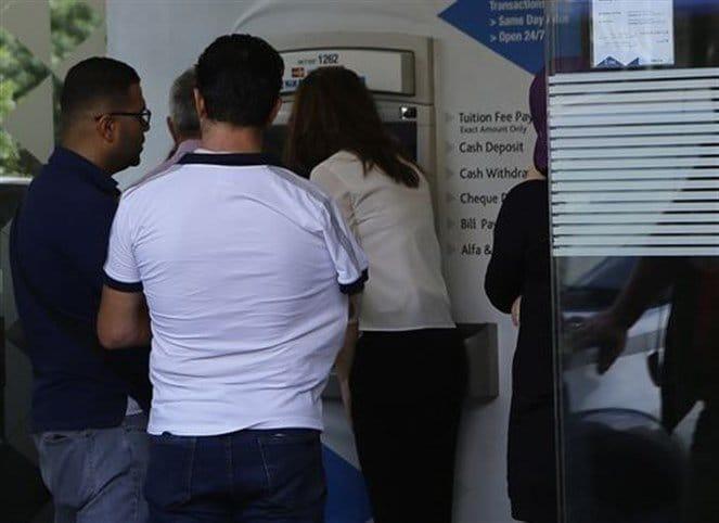 مقبلون على مجزرة مصرفية... آلاف موظفي المصارف في لبنان مهددون بالتسريح!