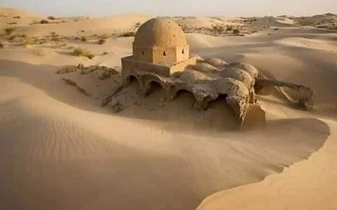 عاصفة رملية  تكشف عن مسجد يعود تاريخه إلى القرن السادس الهجري