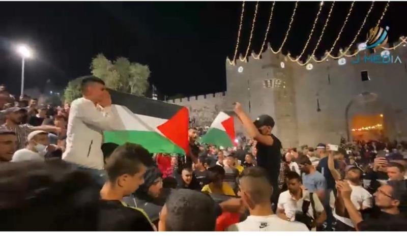 المقدسيون يفرضون السيادة الوطنية بإزالة حواجز الاحتلال