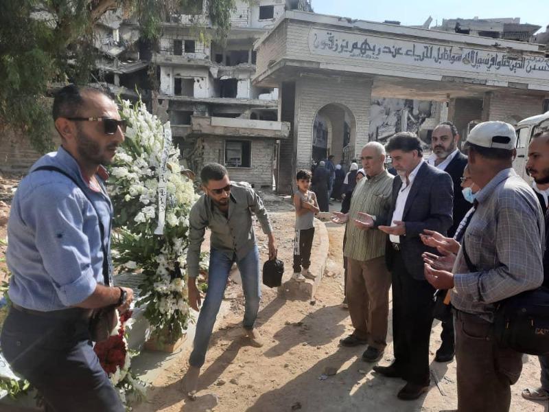 باسم الرئيس عباس: أكاليل من الزهور على أضرحة الشهداء في مخيم اليرموك