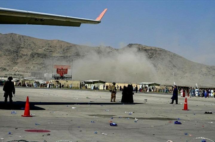 انفجار يهز محيط مطار كابول تزامنا مع عمليات الاجلاء الغربية